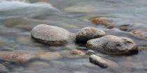 Steine im Bach von Bettina Schnittert