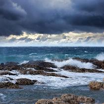 Sea wave breaking against coast rock von tastefuldesigns
