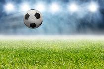 Fußball fliegt über das Spielfeld von fotowelt-luebeck