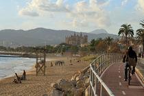 Palma de Mallorca - Strand mit Blick auf die Kathedrale von wirmallorca