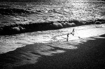 Im Gegenlicht - Kinder am Strand von Katrin Raabe