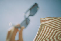 Lomo: Sonnenschein mit Sonnenbrille und Sonnenschirm von Doreen Trittel
