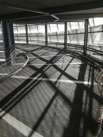 Schattenspiel in einer Garagenauffahrt. von Jürgen Schwarz