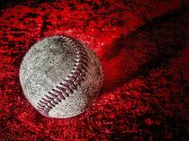 Baseball auf rotem Hintergrund. von Jürgen Schwarz