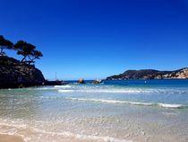 Peguera auf Mallorca - blauer Himmel - klares Wasser by wirmallorca