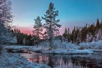 Magischer Wintermorgen am Fluss in Schweden von Margit Kluthke
