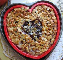 Muttertags-Herz Kuchen - Saftiger Mürbeteigkuchen mit Heidelbeeren und Mandelblättchen - KuchenKunst - Fotografie von Heide Pfannenschwarz