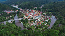 The picturesque town of Loket in the meander of the river Ohre von Tomas Gregor