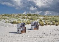 Zwei Strandkörbe am Strand von koroland