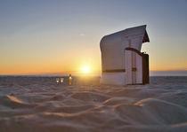Strandkorb und Wein im Sonnenuntergang von koroland