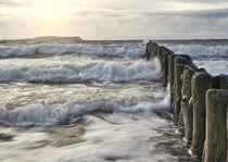 Wellen und Buhnen am Nordstrand von Rügen von koroland