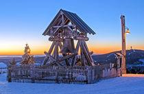 Oberwiesenthal, Friedensglocke auf dem Fichtelberg bei Sonnenaufgang von Astrid Steffens