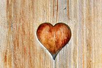 Holztür mit Herzausschnitt by sven-fuchs-fotografie