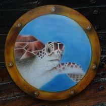 Wasserschildkröte hinter Bullauge Airbrush von Harry Heffels