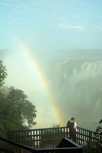Kuss vorm Regenbogen bei den Wasserfällen von Iguazu von Sabine Radtke