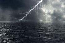 Ein Blitz schlägt über dem Meer ein by fraenks