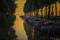 Boote im Seitenarm vom Jachthafen Moos im Morgenlicht - Halbinsel Höri von Christine Horn
