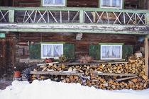 Altes Bauernhaus im Winter mit Stapel Holz by Werner Meidinger