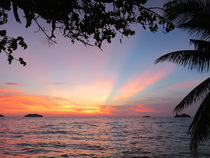 Traumhafter Sonnenuntergang auf der Insel Koh Chang in Thailand by Mellieha Zacharias