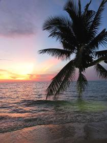 Traumhafter Sonnenuntergang auf der Insel Koh Chang in Thailand von Mellieha Zacharias