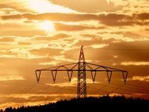 Strommast bei Sonnenaufgang mit goldenen Himmel by Christian Mueller