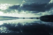 Clouds are reflected in the calm water of a glassy lake  - duotone von Intensivelight Panorama-Edition
