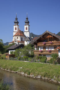 Pfarrkirche Darstellung des Herrn, mit Fluss Prien, Aschau im Chiemgau, Oberbayern, Bayern, Deutschland, Europa by Torsten Krüger