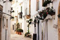 Eine Gasse in Locorotondo, Apulien by wandernd-photography