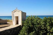 Eine Kapelle an der Küste des Ionischen Meeres in Apulien von wandernd-photography