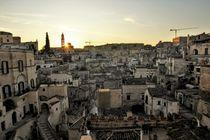 Blick auf die Sassi von Matera bei Sonnenaufgang by wandernd-photography