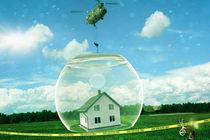 Hubschrauber setzt Glas über Haus ab von Sven Bachström