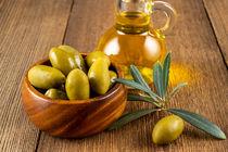 Grüne Oliven mit Olivenzweig und Olvenöl - Green olives with olive branch and olive oil by Thomas Klee