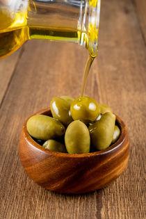 Grüne Oliven und Olivenöl - Green olives and olive oil by Thomas Klee