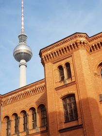 Rotes Rathaus Fernsehturm by alsterimages