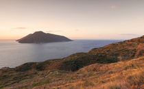 Coast of Lipari with view to volcano islands Salina, Alicudi, Filicudi during sunset, Sicily Italy von Bastian Linder