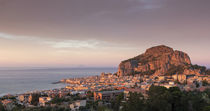 City skyline of Cefalu with mountain Rocca di Cefalù during sunset, Sicily Italy von Bastian Linder
