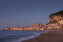 City skyline of Cefalu with mountain Rocca di Cefalù and beach during sunset, Sicily Italy von Bastian Linder