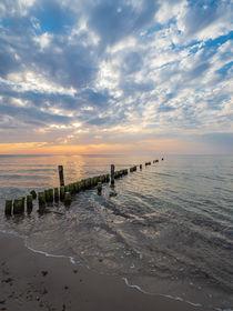 Buhnen im Sonnenuntergang an der Ostseeküste von Rico Ködder