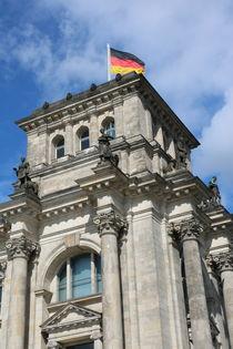 Reichstag Eckturm mit deutscher Fahne by alsterimages
