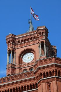 Rotes Rathaus Berlin mit Turm & Fahne by alsterimages