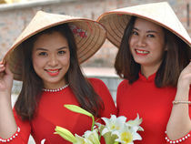 Two Vietnamese Women with Asian Conical Hats von Matt Hahnewald