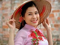 Smiling Vietnamese Woman with Asian Conical Hat (03) von Matt Hahnewald