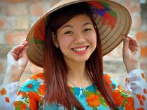 Smiling Vietnamese Woman with Asian Conical Hat (02) von Matt Hahnewald