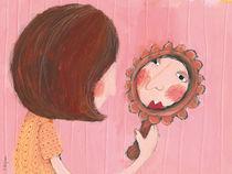 Frau schaut in den Spiegel von Evi Gasser