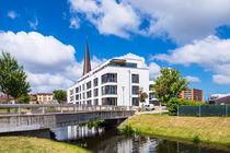 Moderne Gebäude und Petrikirche in Rostock von Rico Ködder