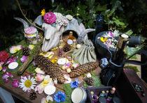 Wicca Pagan Natur Altar Skull Widder Schädel Blumen Altar von Christine Maria Grosche