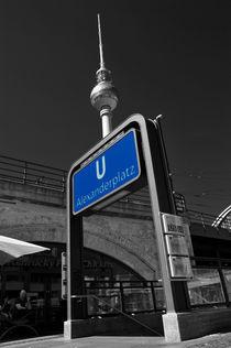 Fernsehturm hinter U-Bahn-Eingang von Christian Behring
