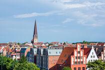 Blick auf historische Gebäude in der Hansestadt Rostock by Rico Ködder