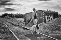 Frau mit Hund auf den Gleisen by Heidi Bollich