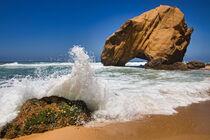 Felsen am Strand von Santa Cruz in Portugal von buellom
